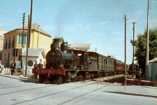 tren pasando alcantarilla..1966 autor tony bowles